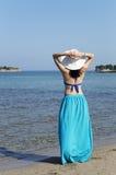 Kobiety pozycja na plaży i patrzeć daleki Zdjęcie Stock