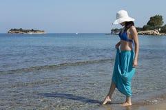 Kobiety pozycja na plaży i patrzeć daleki Fotografia Royalty Free