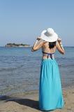 Kobiety pozycja na plaży i patrzeć daleki Obraz Stock