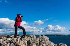 Kobiety pozycja na skale i brać fotografiach obrazy royalty free
