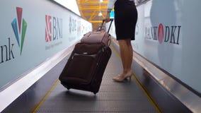 Kobiety pozycja na travelator z bagażem zbiory wideo