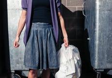 Kobiety pozycja obok koszy z torbą banialuki Fotografia Stock