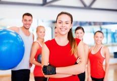 Kobiety pozycja przed grupą w gym Fotografia Royalty Free