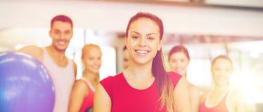 Kobiety pozycja przed grupą w gym Zdjęcie Stock