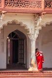 Kobiety pozycja w Anguri Bagh winogrona ogródzie, Agra fort, Uttar P Obraz Stock