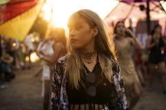 Kobiety pozycja w festiwalu muzyki Fotografia Stock