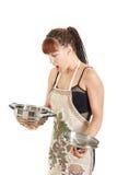 Kobiety pozycja w pracownianym patrzeje pustym kucbarskim garnku Obraz Royalty Free