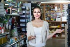 Kobiety pozycja w sztuka sklepie Zdjęcie Royalty Free