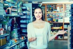 Kobiety pozycja w sztuka sklepie Fotografia Stock