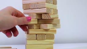 Kobiety próba brać za bloku od spada drewnianej basztowej gry zdjęcie wideo