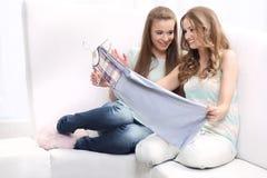 Kobiety próbują odzieżowego Obraz Stock