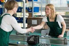 Kobiety pracuje na linii produkcyjnej Zdjęcie Stock