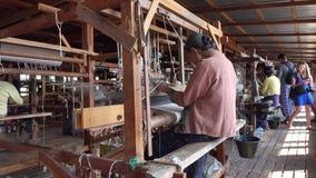 Kobiety pracuje przy fabryką w Inle, Myanmar zbiory wideo