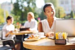 Kobiety pracuje w kawiarni z herbacianej torby paczkami na stole Zdjęcie Royalty Free