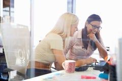 Kobiety pracuje wpólnie, biurowy wnętrze zdjęcie royalty free