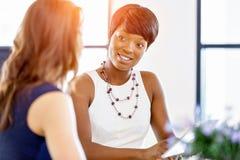 Kobiety pracuje wpólnie, biurowy wnętrze obraz stock
