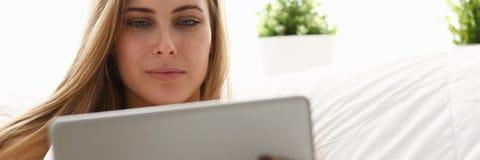 Kobiety pracy winh laptopu pobyt w łóżkowym wczesnym poranku fotografia royalty free