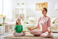 Kobiety praktyki joga zdjęcie stock