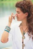 Kobiety praktyki joga oddycha techniki plenerowe Obrazy Stock