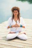 Kobiety praktyki joga plenerowy jeziorem Zdjęcie Stock