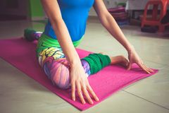 Kobiety praktyki joga salowy rozszerzenie niski kończyny zbliżenie obraz stock