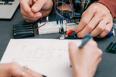 Kobiety protektorowania elektronika tworzenia proces obrazy stock