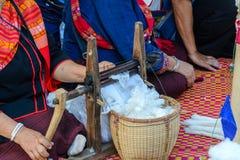 Kobiety przędzalniana bawełna z przędzalnianym kołem Obrazy Stock