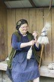Kobiety przędzalniana wełna w Rumunia Obrazy Royalty Free
