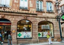Kobiety przed apteki apteką Pharmacie De L ` Homme d Zdjęcie Stock
