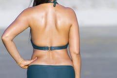 Kobiety przedstawienia zadek na plaży przy plażą fotografia stock