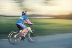 Kobiety przejażdżki rower w parku, wolnej prędkości obrazek Obrazy Royalty Free