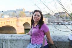 Kobiety przespacerowanie w Paryż zdjęcia royalty free