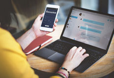 Kobiety przesyłanie wiadomości Podłączeniowy Mobilny Akcydensowy Online pojęcie Zdjęcia Stock