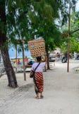 Kobiety przewożenia kosze na głowie w Bali, Indonezja Zdjęcia Stock