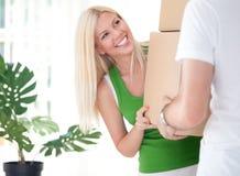 Kobiety przewożenia pudełko z chłopakiem obraz royalty free