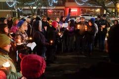 Kobiety przewożenia sprawiedliwości społecznej znak adresuje czuwanie dla USA elektorów na zimy nocy w Oregon, Dec 18 2016 Fotografia Stock