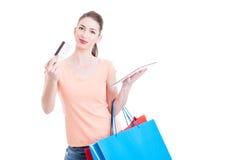 Kobiety przewożenia torba na zakupy pokazuje kredyt lub kartę debetową Zdjęcia Stock