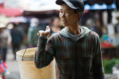 Kobiety przewożenia wiadro w wietnamczyka rynku zdjęcie royalty free