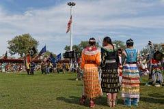 Kobiety przy ceremonią 49th roczny Zlany plemienia Pow no! no! obraz royalty free
