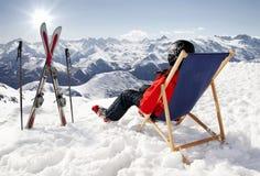Kobiety przy górami w zimie kłamają na lounger obrazy stock