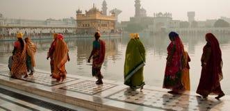 Kobiety przy Goldent świątynią Fotografia Royalty Free