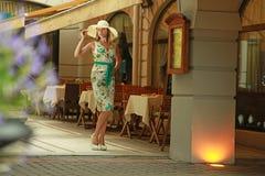 Kobiety przy na wolnym powietrzu kawiarnią Zdjęcie Stock