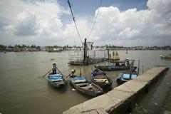 2 kobiety przy nabrzeżem puszka Tho Wietnam Zdjęcia Royalty Free
