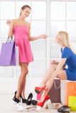 Kobiety przy obuwianym sklepem. Zdjęcia Stock
