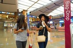 Kobiety przy Singapur Changi Lotniskowego Terminal 2 odjazdu sala Fotografia Stock