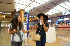 Kobiety przy Singapur Changi Lotniskowego Terminal 2 odjazdu sala Obraz Stock
