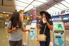 Kobiety przy Singapur Changi Lotniskowego Terminal 2 odjazdu sala Zdjęcie Stock