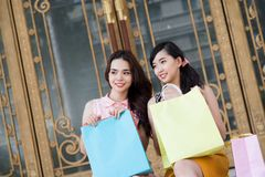 Kobiety przy sklepem Obrazy Royalty Free