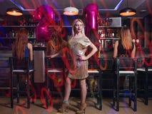 Kobiety 21 przyjęcie urodzinowe w noc klubie Obrazy Stock