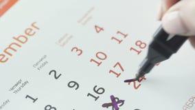 Kobiety ręki krzyża dzień na papieru kalendarzu 24st dzień miesiąc zdjęcie wideo